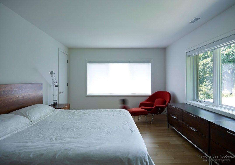 Красный цвет кресел для акцента интерьера спальни