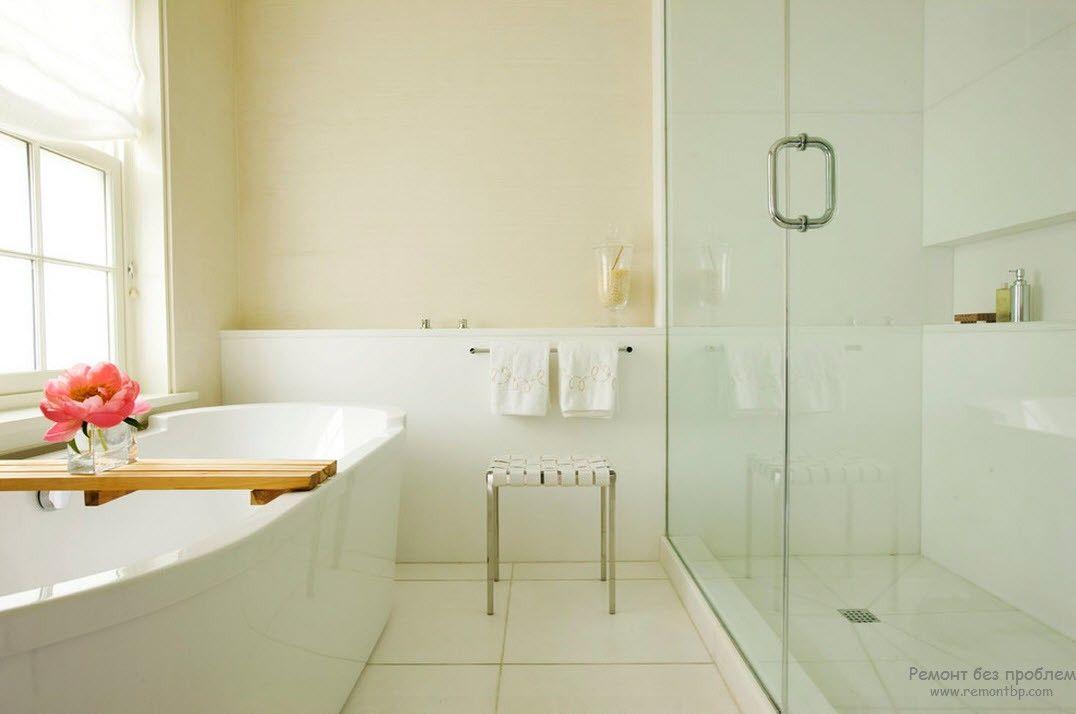 Роскошный цветок в качестве акцента светлого интерьера ванной комнаты