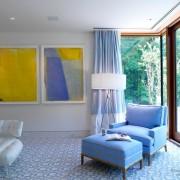 Желтный цвет в интерьере голубой спальни