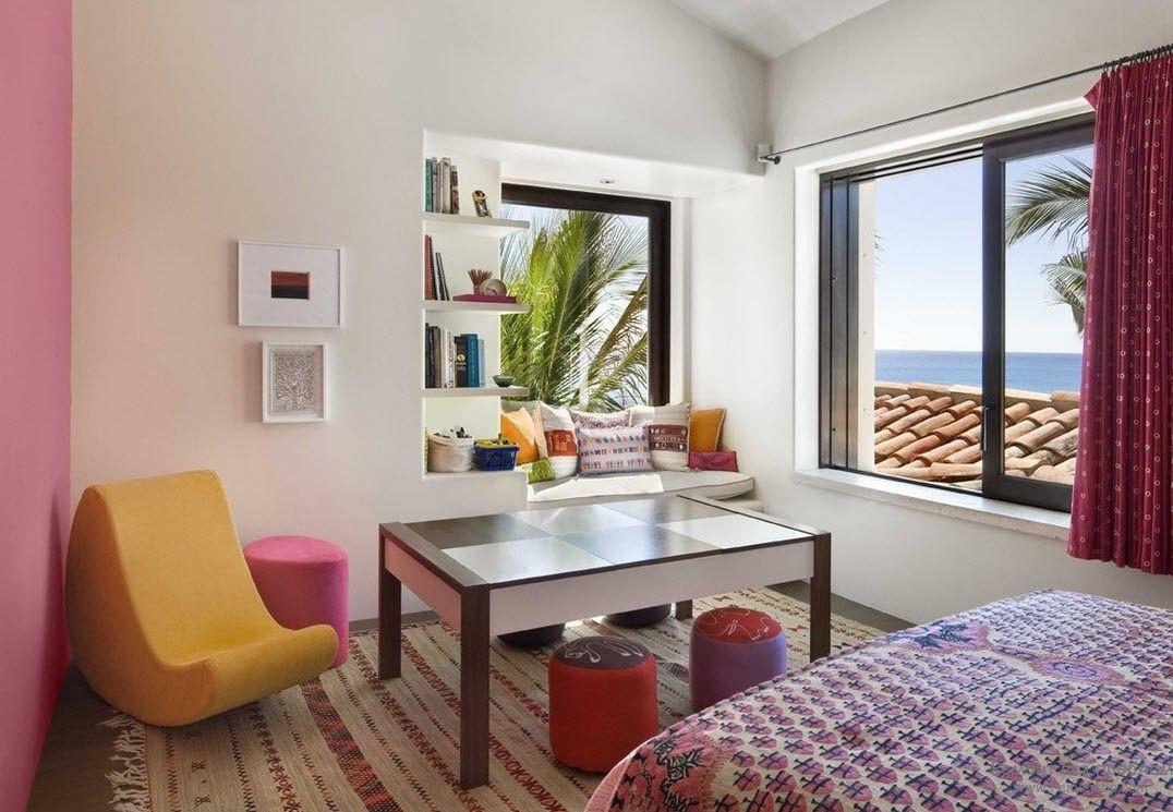 Проста мебель, но вместе с тем красочное оформление детской комнаты