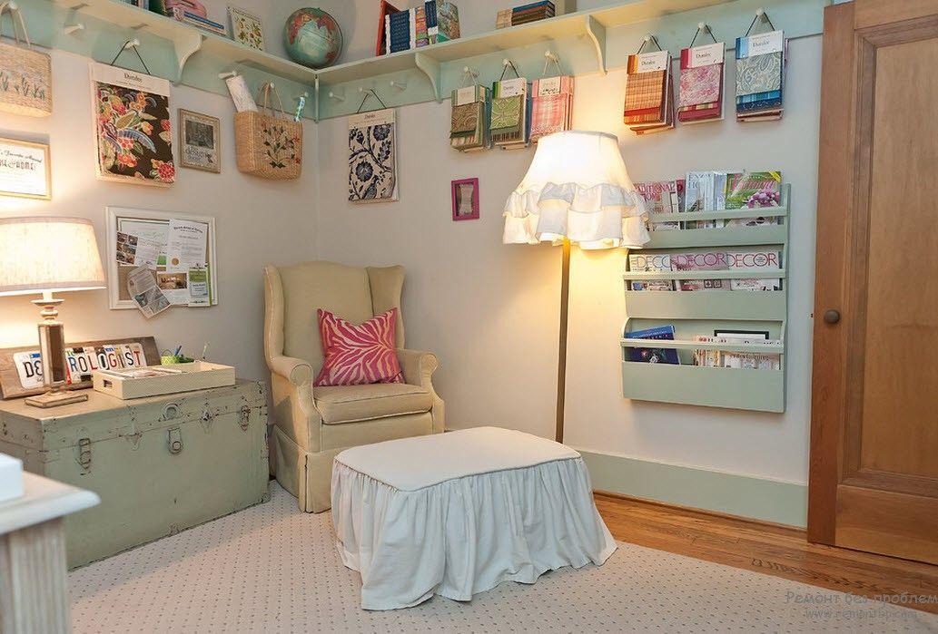 Уютное читальное место с креслом