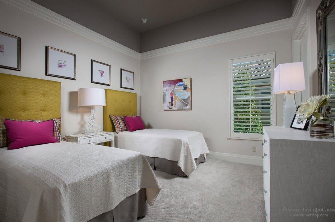 Светлый интерьер детской комнаты с традиционным расположением кроватей