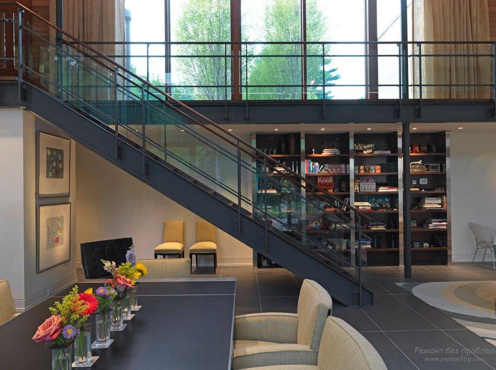 Эффектная массивная лестница в гармонии с общим дизайном интерьера