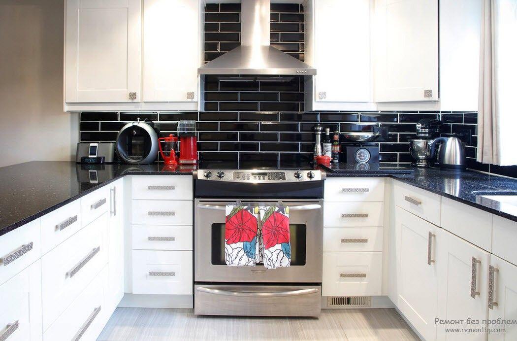 Черная глянцевая столешница на черно-белой кухне