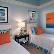Оранжевые нотки в сочетании с голубым цветом