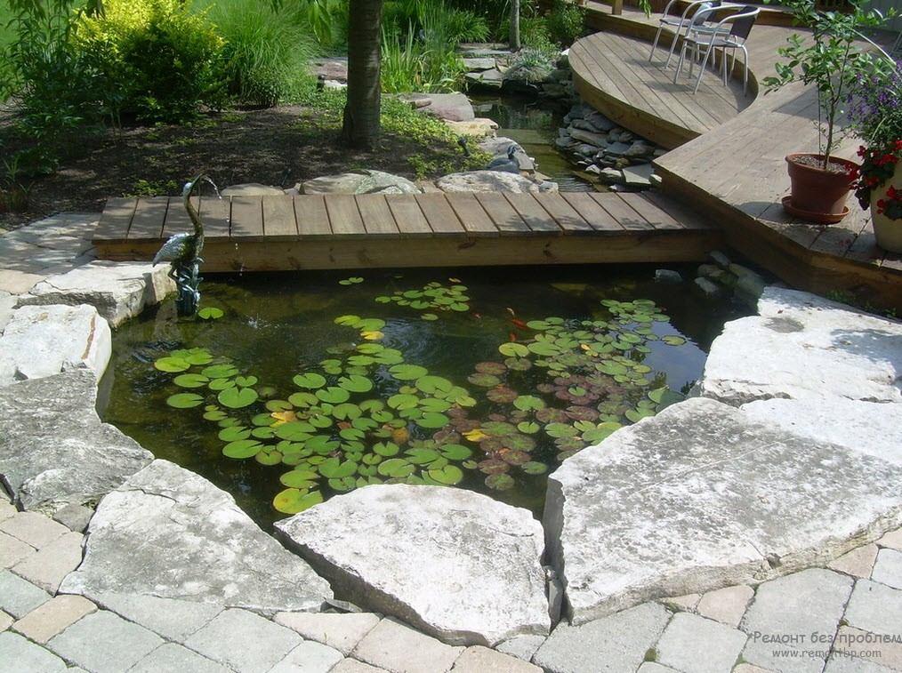 Небольшой пруд с плавающими листьями создает впечатление природного водоёма
