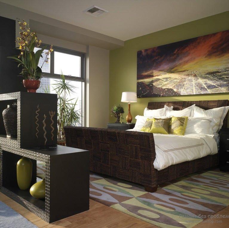 Темная мебель в спальне в сочетании с благородным оливковым цветом