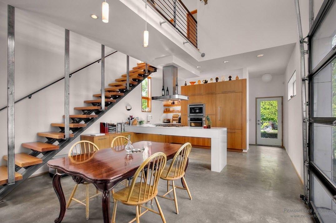 Оригинальный дизайн лестницы с деревянными ступенями