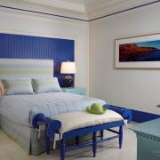 Синяя спальня с акцентами других цветов