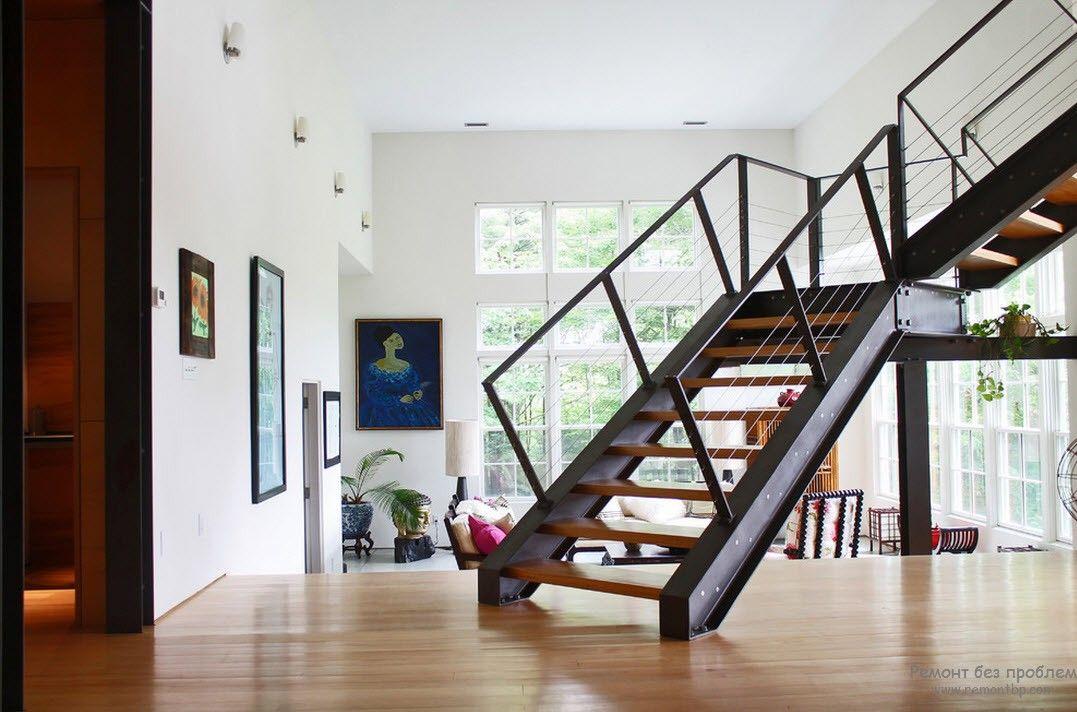 Массивная металлическая кострукция с деревянными ступенями