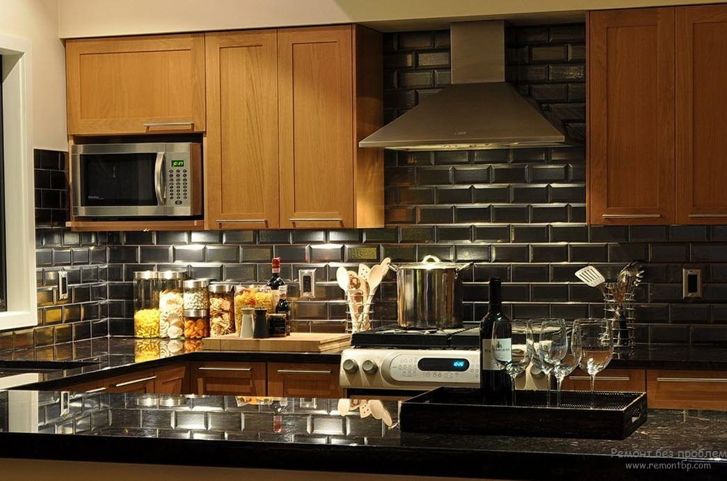 Красивая деревянная кухня с черной глянцевой столешницей