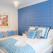 Интерьер голубой спальни