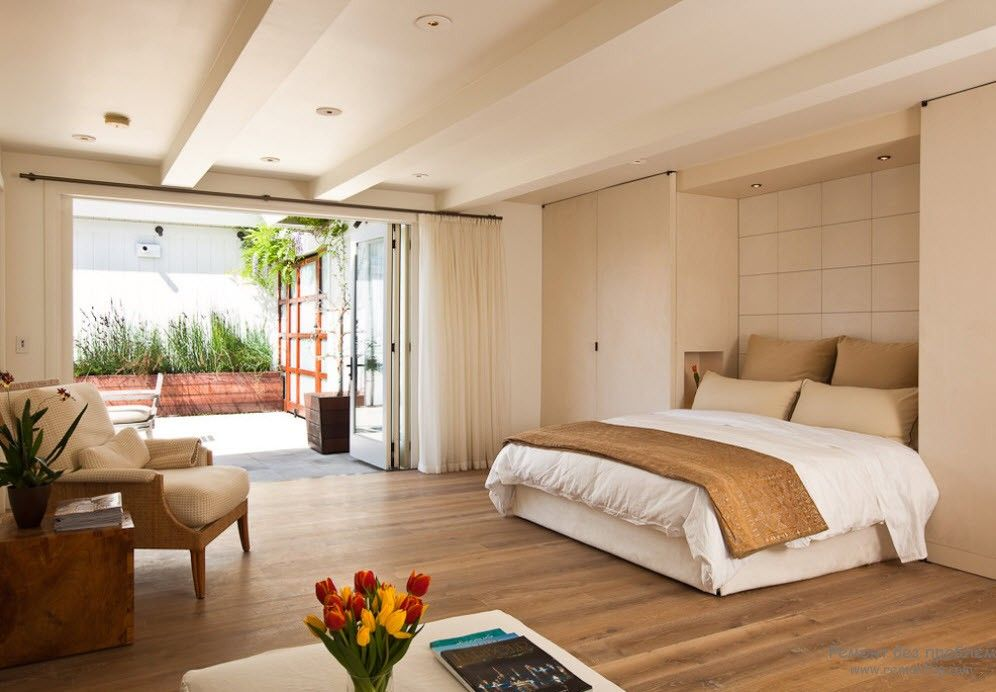 Уютная современная спальня