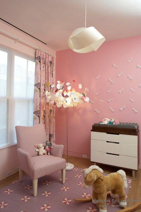 Подвесной светильник в милом и нежном интерьере детской комнаты