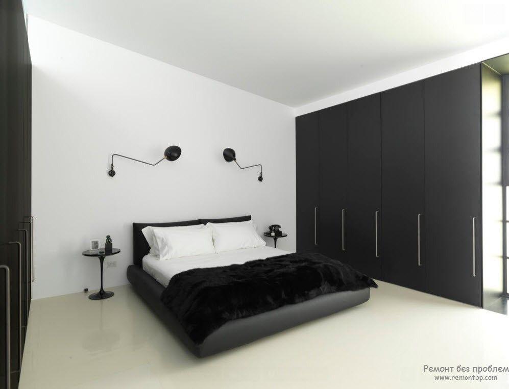 Эффектное классическое сочетание черного с белым в минималистской спальне