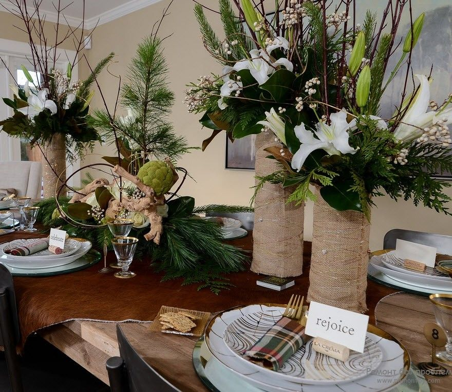 Большие вазы на столе