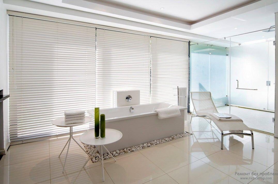 Две вазочки в качестве аксессуаров в воздушном белом интерьере ванной комнаты в стиле минимализм
