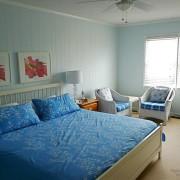 Красный цвет в интерьере голубой спальни