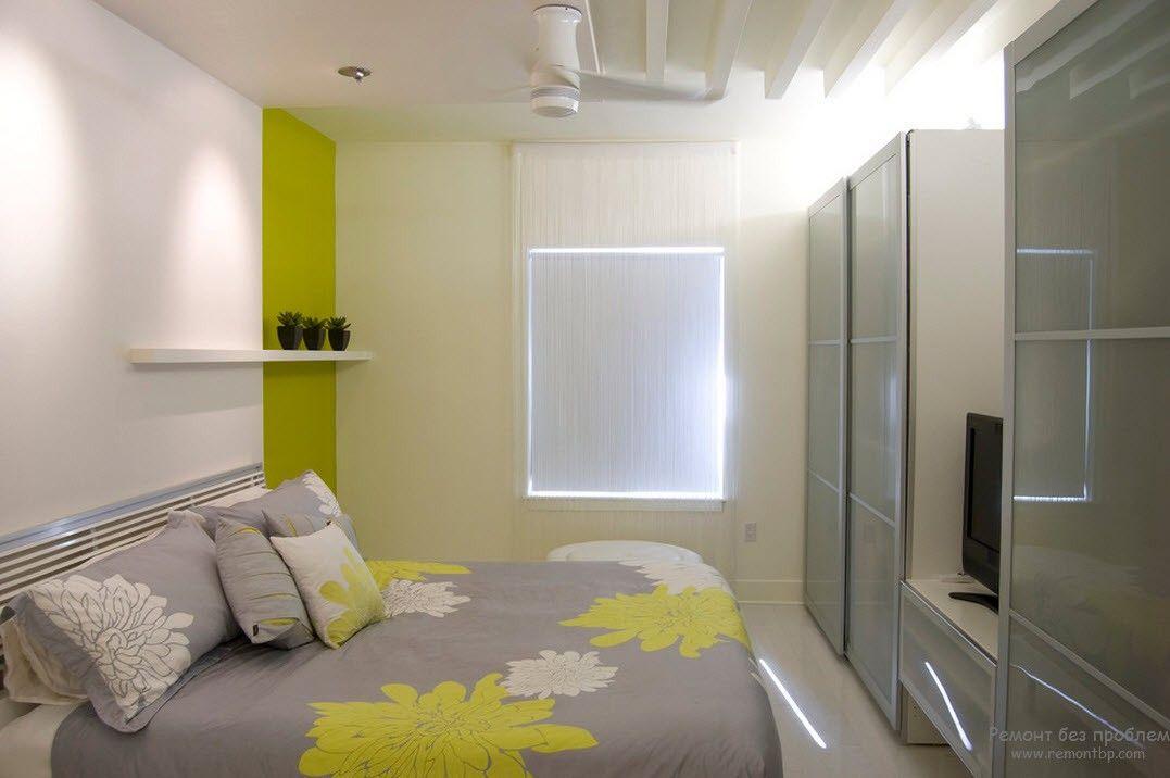 Акценты оливкового цвета в интерьере светлой спальни