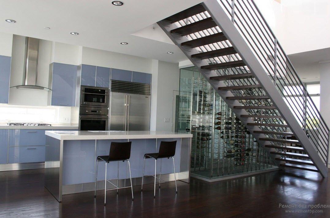 Эффектная массивная металлическая лестница