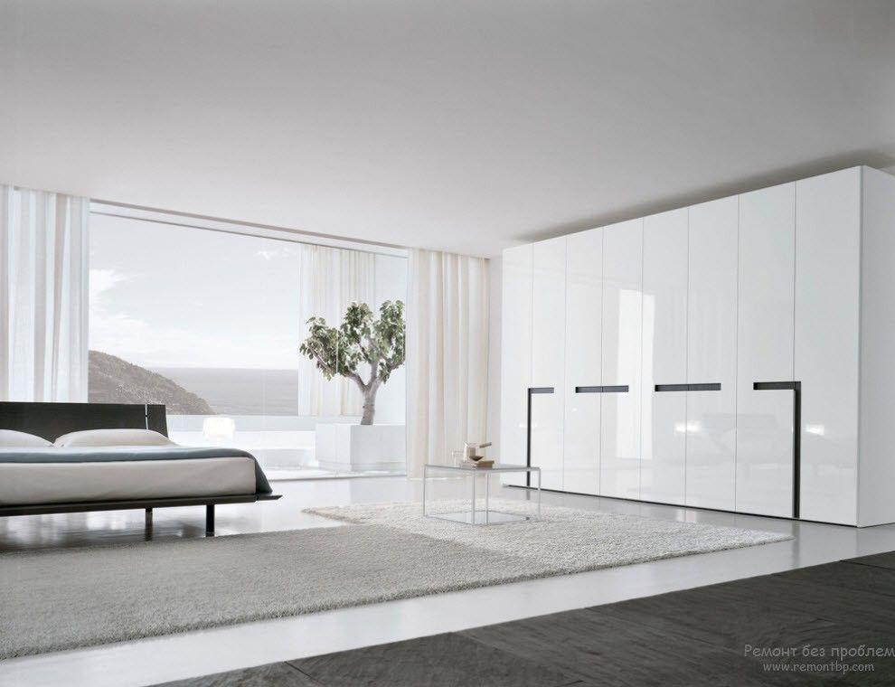 Деревце в интерьере просторной белой спальни в стиле минимализм