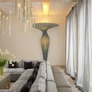 Красивый интерьер с оригинальным настенным освещением
