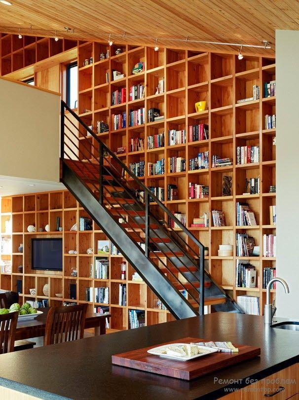 Использование лестничного пространства для хранения книг