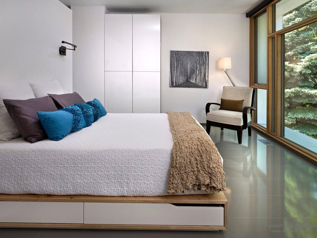 Стеклянная стена в современном интерьере спальни