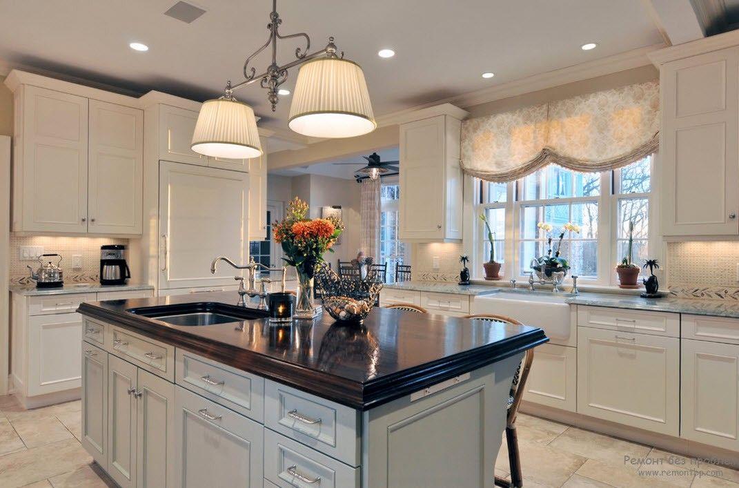 Практичные шторы в кухне