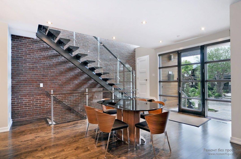 Дизайн металлической лестницы со стеклянными ограждениями