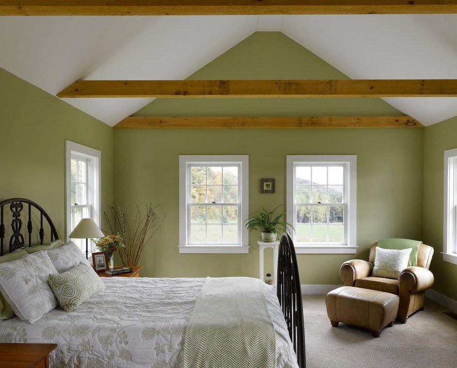 Очень благородные приглушенные оттенки зеленого в спальне