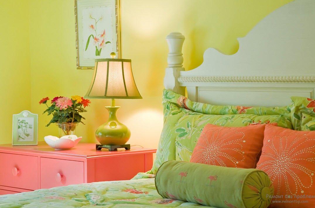 Зелегая спальня в сочетании с розовым оттенком