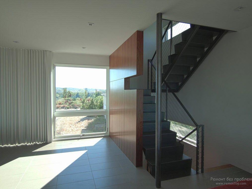 Металлическая лестница, расположенная в нежилом месте