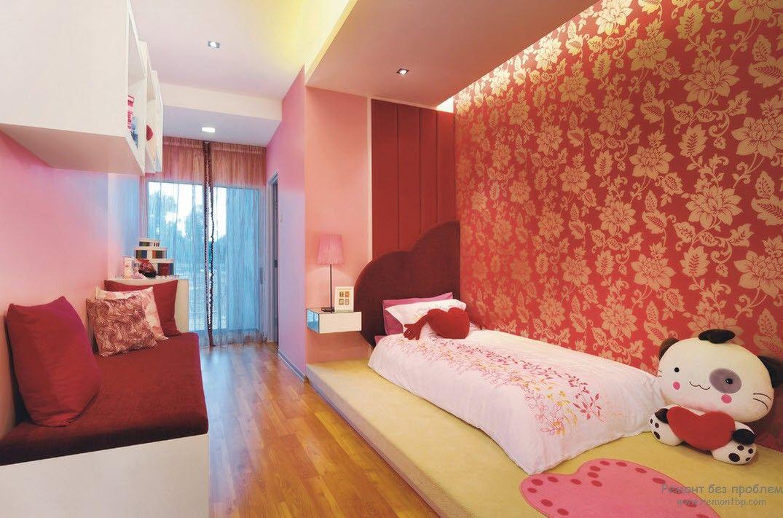 Насыщенные обои с цветочным орнаментом для детской комнаты