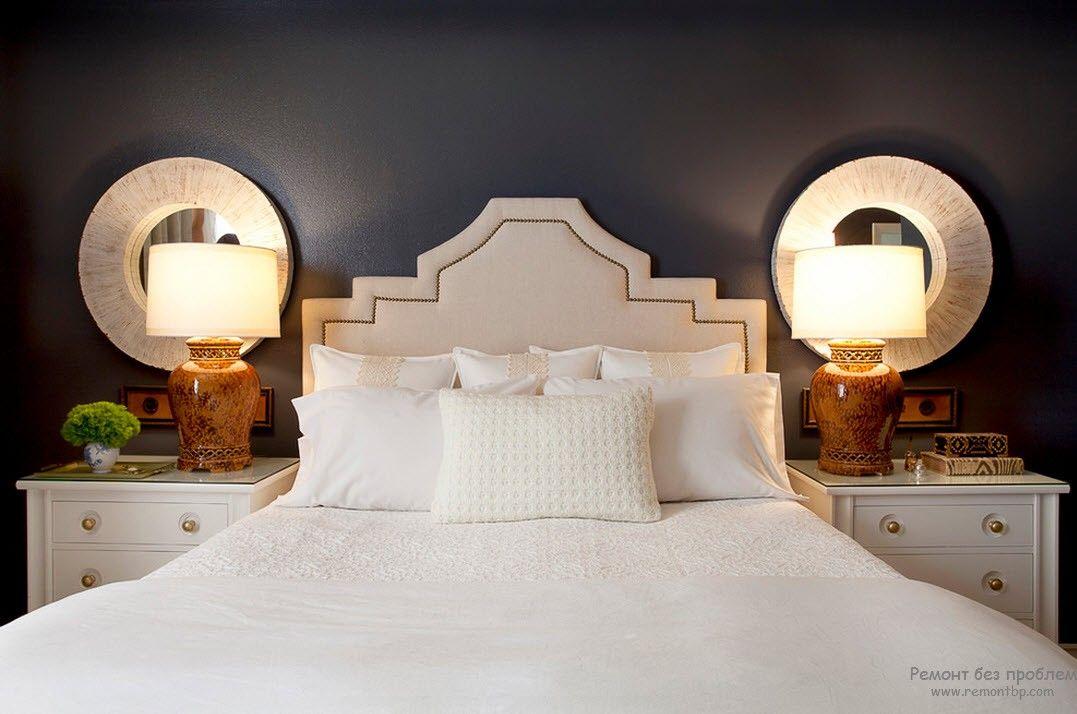 Круглое зеркало у кровати