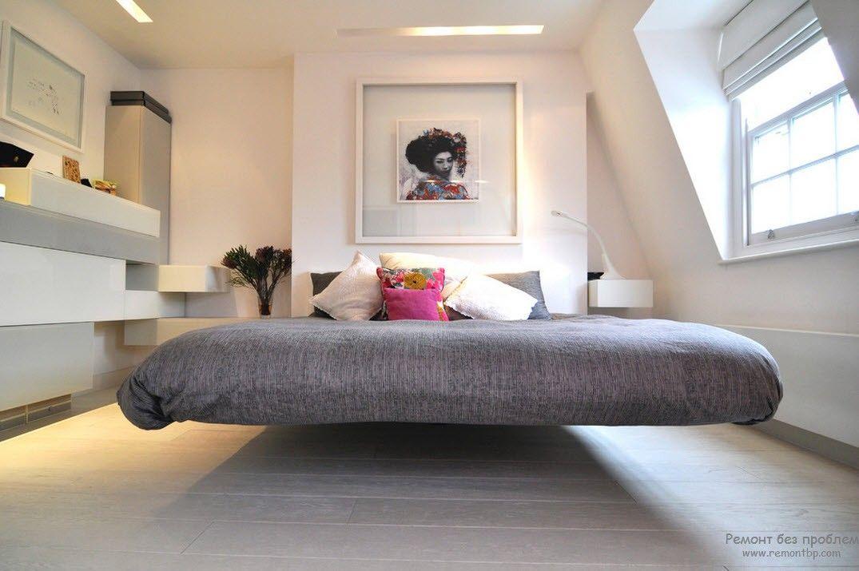 Картина, украшающая изголовье кровати