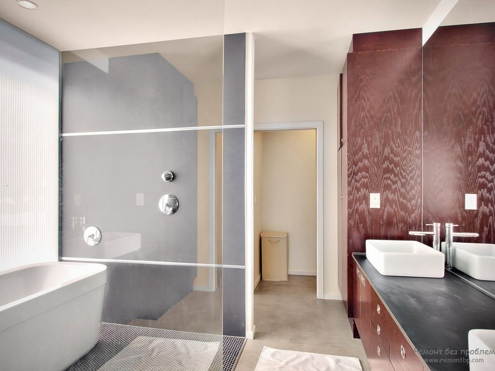 Сантехника прямоугольной формы в минималистской ванной комнате