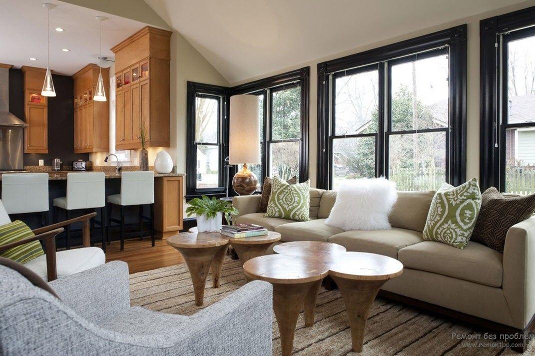Шесть  журнальных столиков в интерьере просторной гостинойодинаковых маленьких