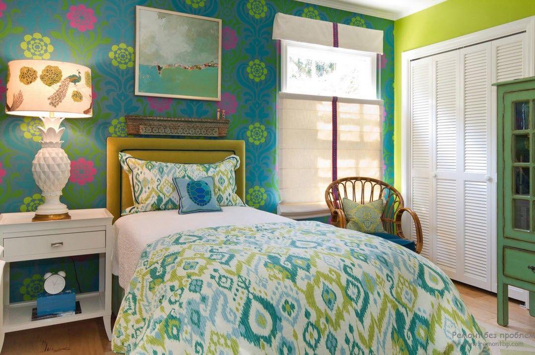Белая мебель в спальне в сочетании с изумрудным декором