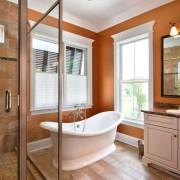 Насыщенный персиковый цвет в интерьере ванной