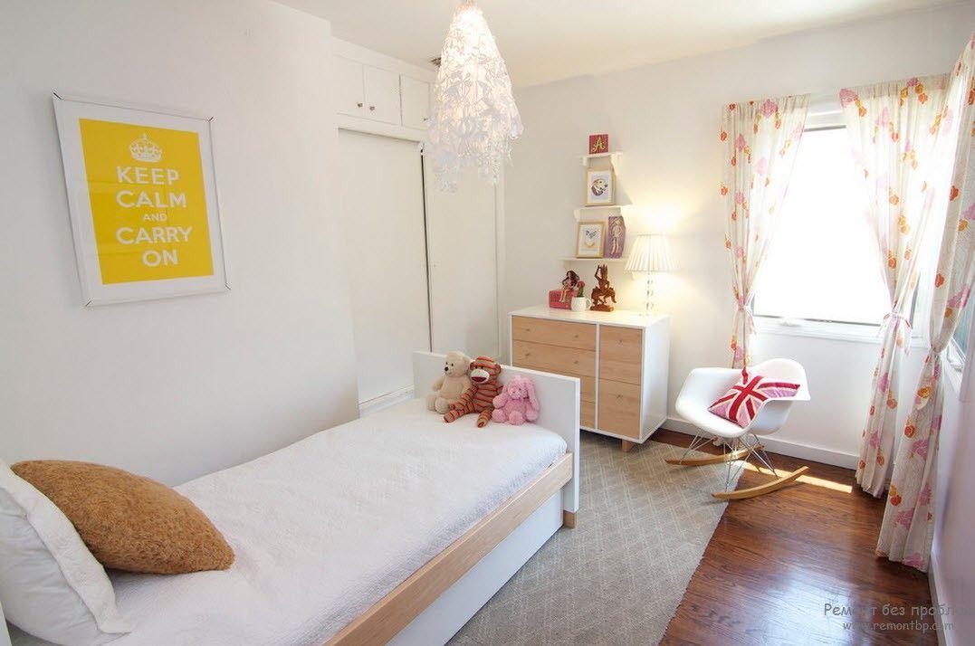 Светлый интерьере детской комнаты со светлой мебелью