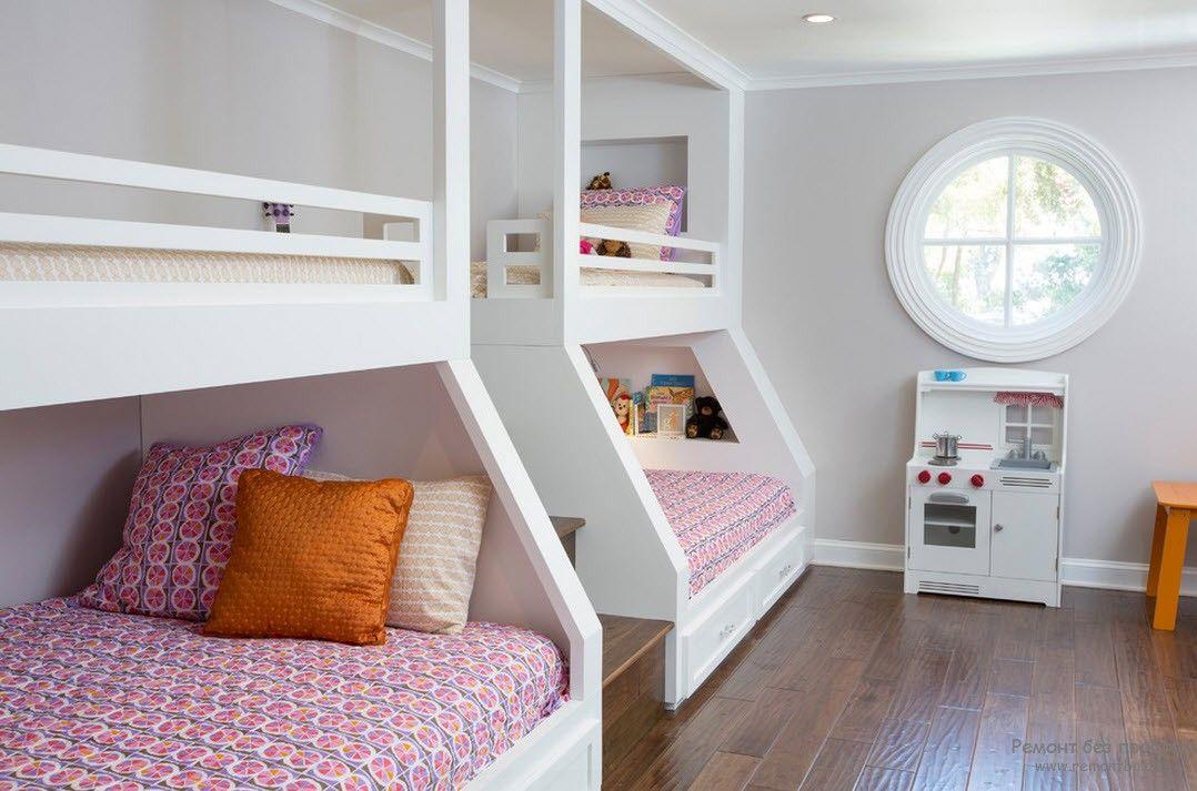 Эффектные белые двухъярусные кровати, расположенные вдоль стены