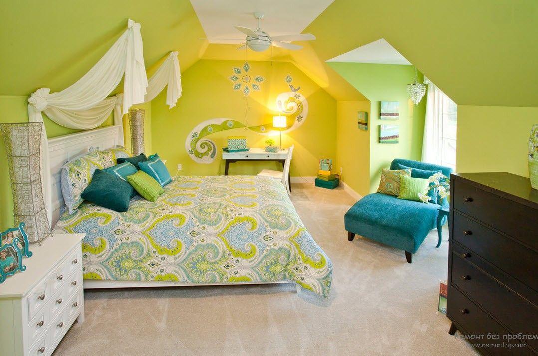 Интерьер спальни с довольно ярким светло-фисташковым цветом