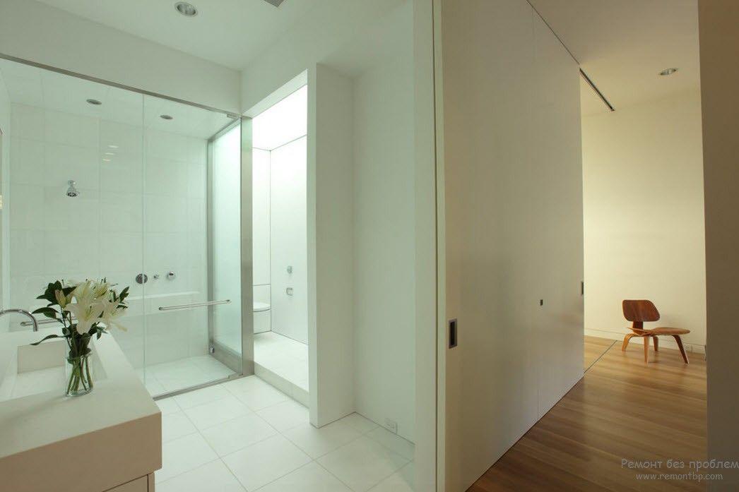 Дизайн ванной комнаты, выполненный в светлых тонах