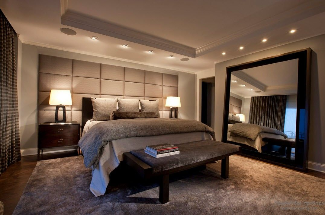 Большое зеркало у кровати