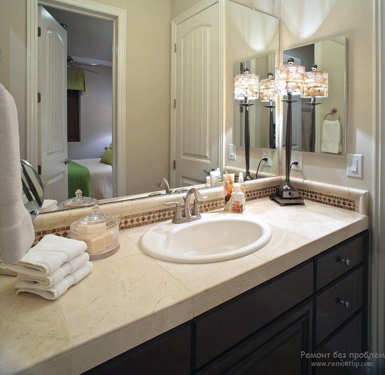 /ффектный настольный свети льник в красивом интерьере ванной комнаты