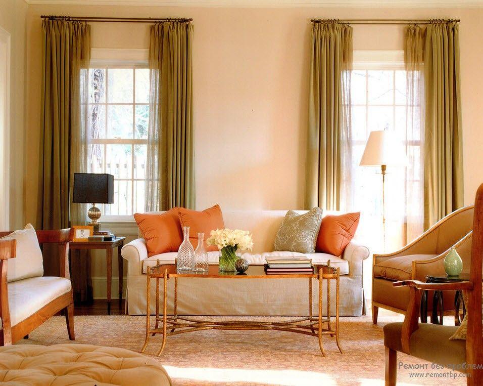 Притягательный интерьер персиковой гостиной