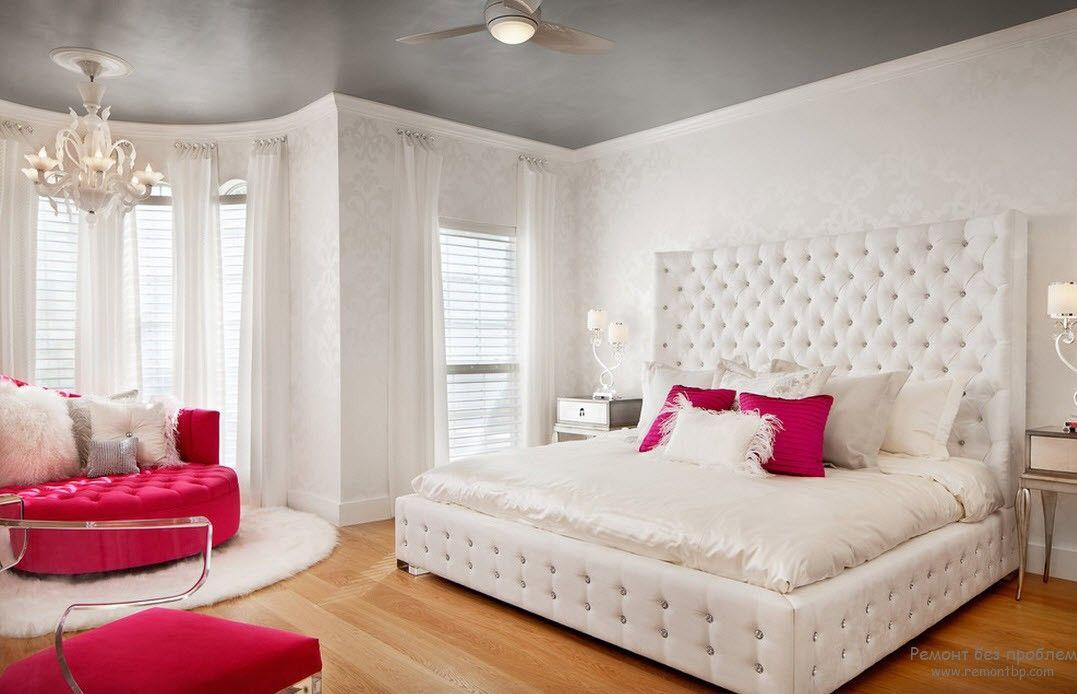 Белое оформление стен в комнате для детей постарще