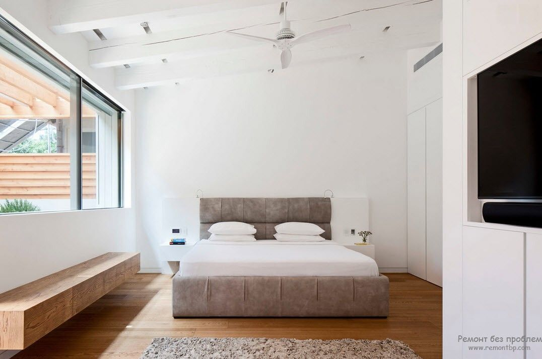 Белый интерьере спальни в сочетании с кроватью пастельных тонов