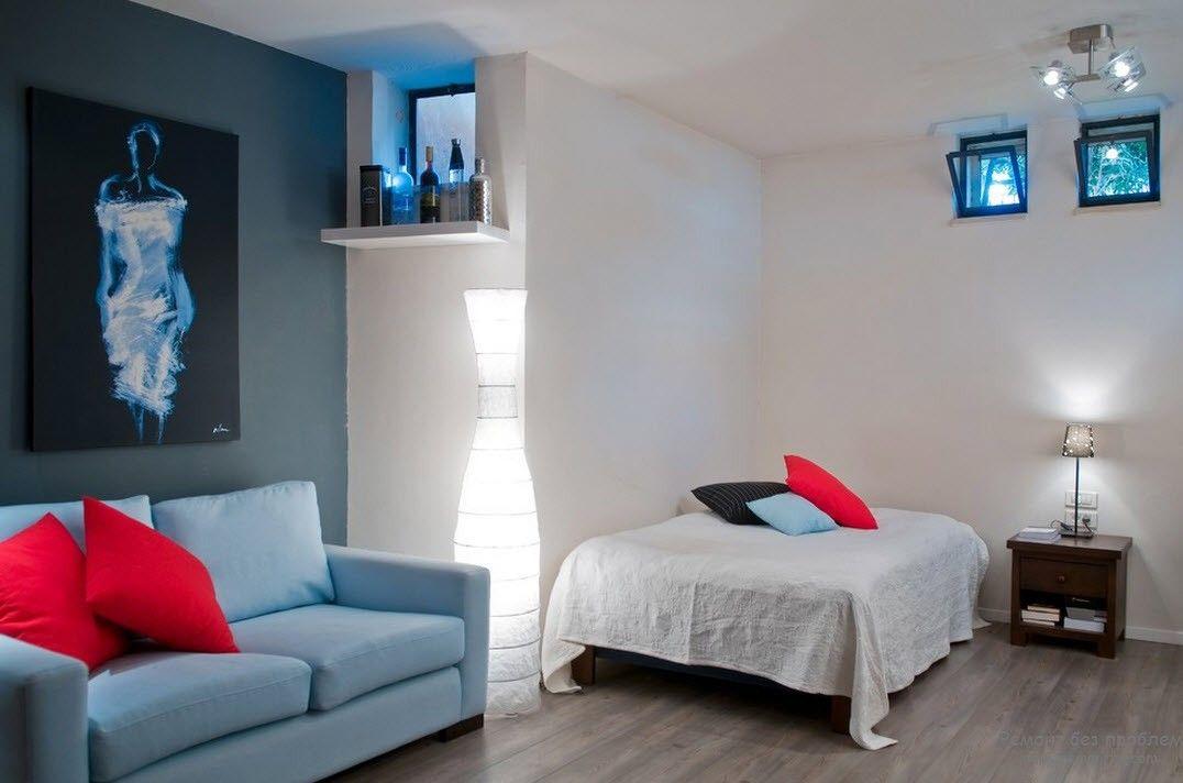 Яркие малиновые подушки, служащие акцентов интерьера спальни